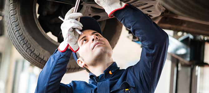 Auto werkstatt mitarbeiter repariert auto